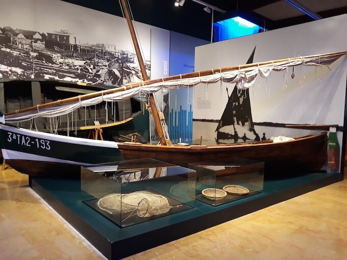 "Una sala del ""Museu de les Terres de l'Ebre"" (Museo delle Terre dell'Ebro) ad Amposta, in Catalogna"