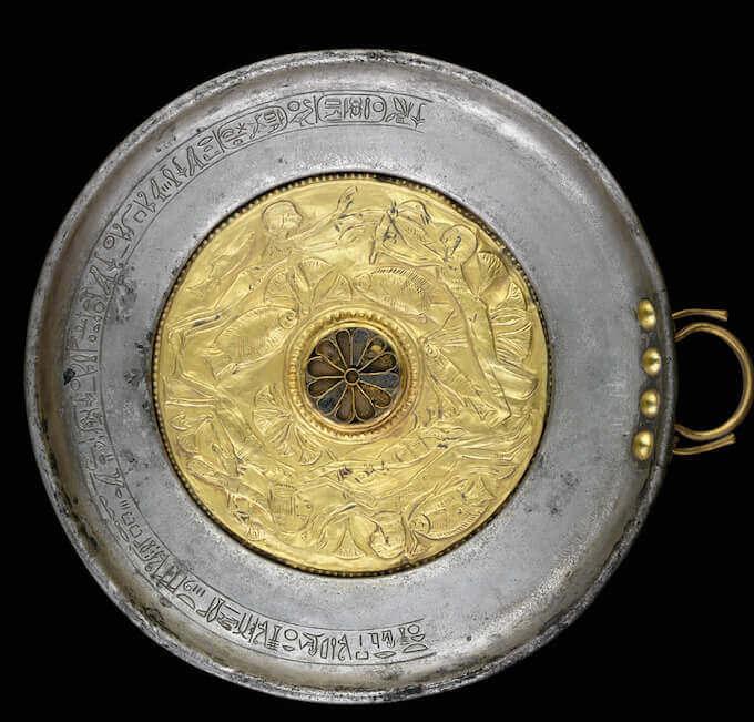 Patera delle nuotatrici. Oro, argento. Tanis, cripta di Undjebundjed XXI dinastia, regno di Pseusenne I - Il Cairo, Museo Egizio, JE 87742 © Laboratoriorosso Srl