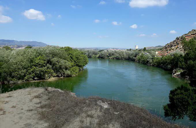 Il fiume Ebro nei dintorni di Garcia. Sullo sfondo la centrale nucleare di Ascó