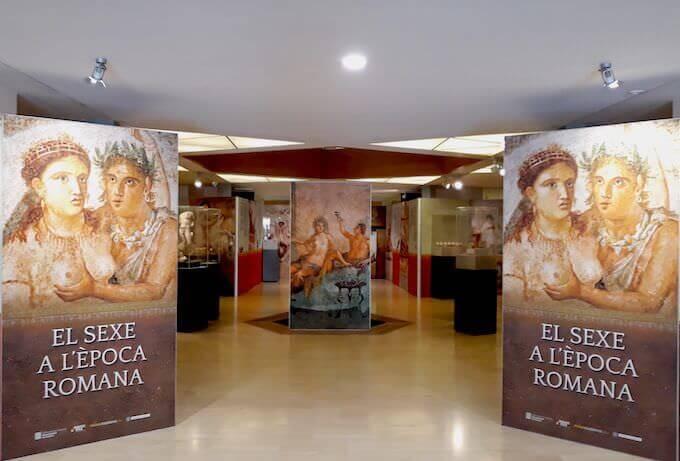 """L'ingresso della mostra """"Il sesso in epoca romana"""" al Museo d'Archeologia di Catalogna a Barcellona"""
