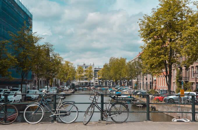 bici su un ponte di Amsterdam