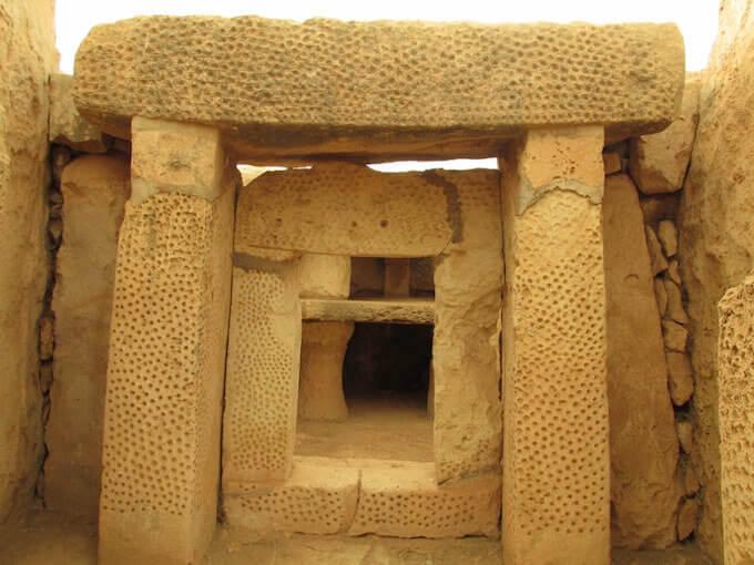 Templi di Hal Tarxien a Malta: pietre picchiettate