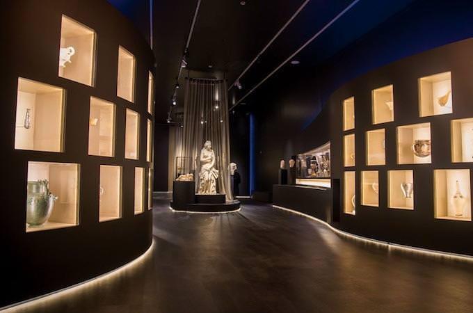 """Una sala della mostra """"The countless aspects of beauty"""" al Museo Archeologico di Atene (© National Archaeological Museum/ Archaeological Receipts Fund)"""