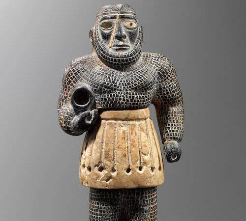 """""""Sfregiato"""" con kilt bianco - Iran orientale, Asia centrale. Civiltà dell'Oxus (2200-1800 a.C. circa). Clorite, calcare. Collezione privata, Londra"""