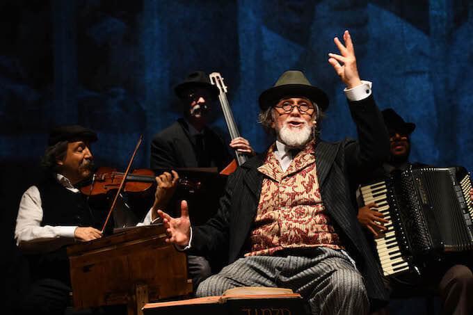 """Moni Ovadia in """"Dio ride. Nish Koshe"""" al Piccolo Teatro di Milano - foto di Umberto Favretto"""