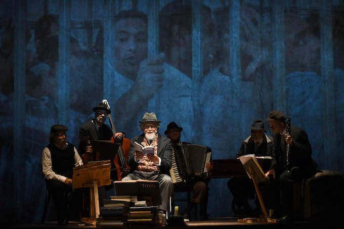 """Moni Ovadia in """"Dio ride. Nish Koshe"""" al Piccolo Teatro Grassi di Milano - foto di Umberto Favretto"""