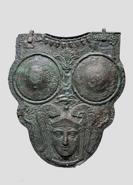 Corazza a tre dischi. Bronzo. Napoli, Museo Archeologico Nazionale