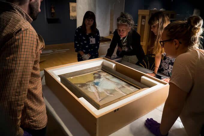 """Esame di un dipinto di Degas in occasione della mostra al Fitzwilliam Museum di Cambridge, dal film """"Degas. Passione e perfezione"""""""