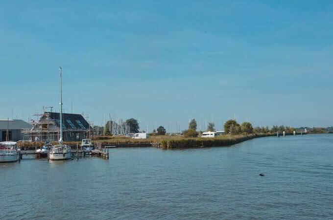 Un canale con ponte levatoio in Frisia, Olanda