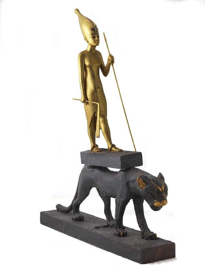 Statuetta lignea di Tutankhamon su un leopardo