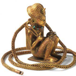 Statuina in oro del re accovacciato e catena (GEM 189) XVIII dinastia, regno di Tutankhamon, 1336 - 1326 d.C. Oro. Altezza della scultura 5,4 cm; lunghezza della catena 54 cm; diametro della catena 0,3 cm Luxor, Valle dei Re, KV62, Camera del Tesoro