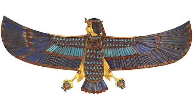 Pettorale in oro dell'uccello Ba con incrostazioni in vetro (GEM 759) XVIII dinastia, regno di Tutankhamon, 1336 - 1326 d.C. Oro, vetro. Larghezza 4,8 cm, lunghezza 6 cm Luxor, Valle dei Re, KV62, Camera Funeraria