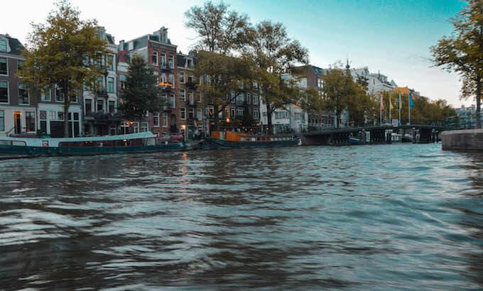 In battello sui canali di Amsterdam