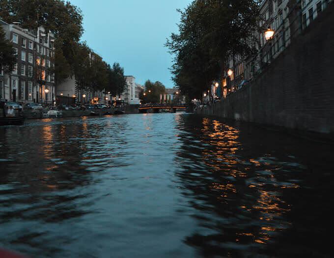 Si velano d'ombra i canali di Amsterdam