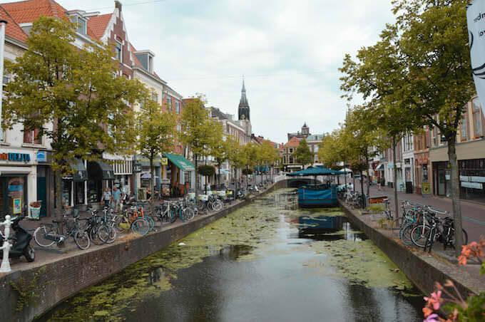 Verso il centro storico di Delft, in Olanda