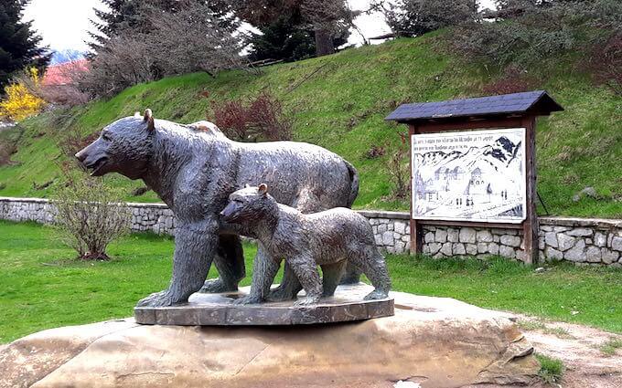 La statua degli orsi a Métsovo, in Grecia