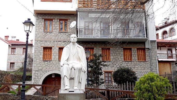 La statua del barone Michali Tositsas a Métsovo, in Grecia