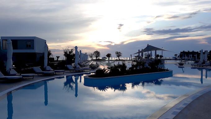 La piscina del Sani Beach Hotel nella Penisola Calcidica