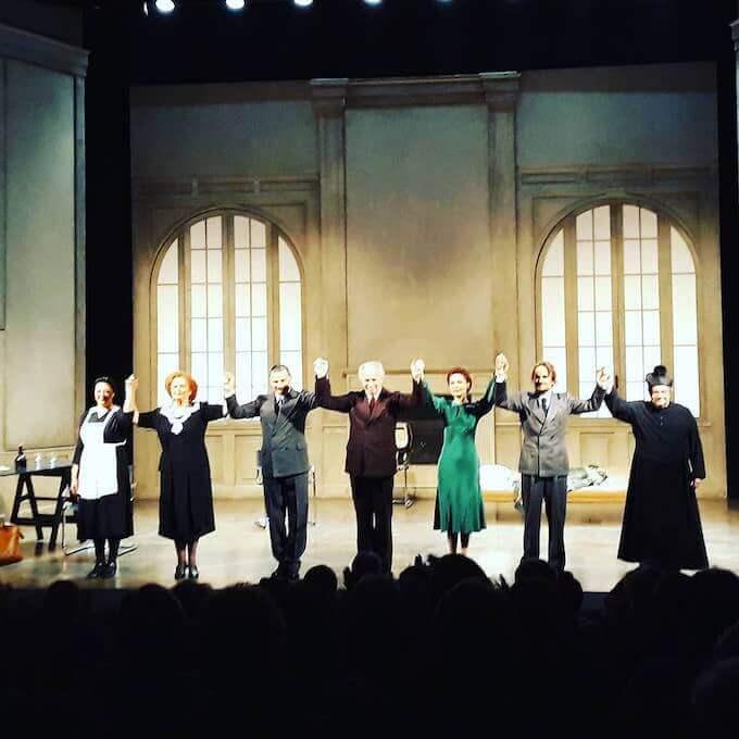 """Gli attori ricevono gli applausi del pubblico dopo la recita de """"Il piacere dell'onestà"""" di Pirandello"""