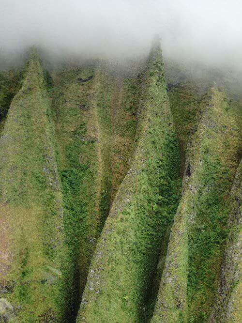 La scogliera verde delle Hawaii