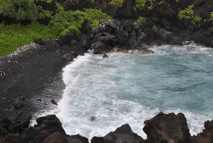 Una spiaggia vulcanica delle Hawaii