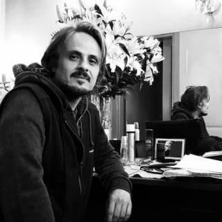 Maximilian Nisi nel camerino del Teatro Franco Parenti di Milano