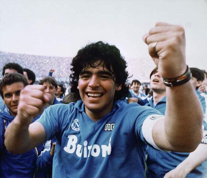 Diego Armando Maradona festeggia il primo scudetto del Napoli il 10 maggio 1987 (Meazza Sambucetti/AP/Shutterstock)