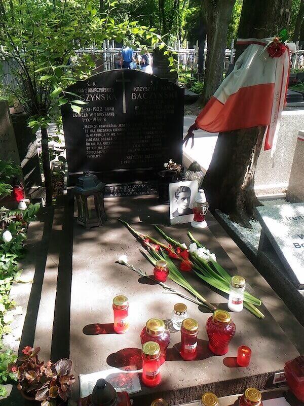 La tomba di Krzysztof Kamil Baczyński e di sua moglie al cimitero militare di Varsavia