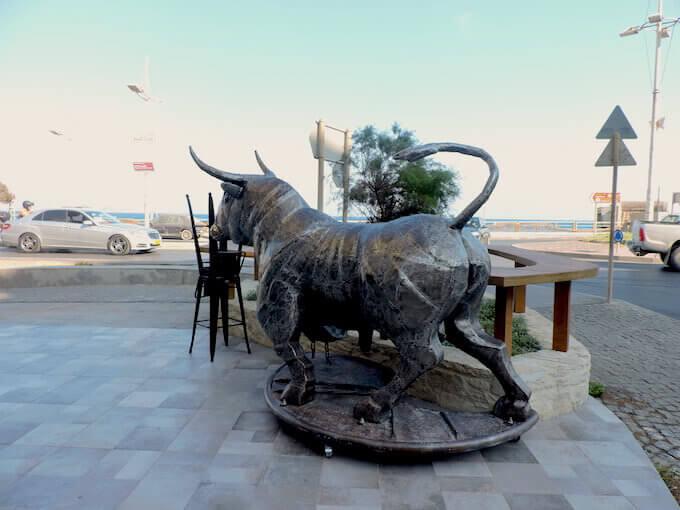 La statua di un toro pubblicizza una macelleria a Iraklio, Creta
