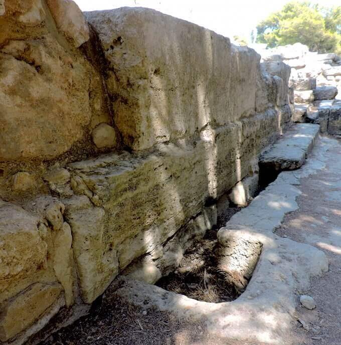 Cnosso: canalizzazioni per lo scolo delle acque