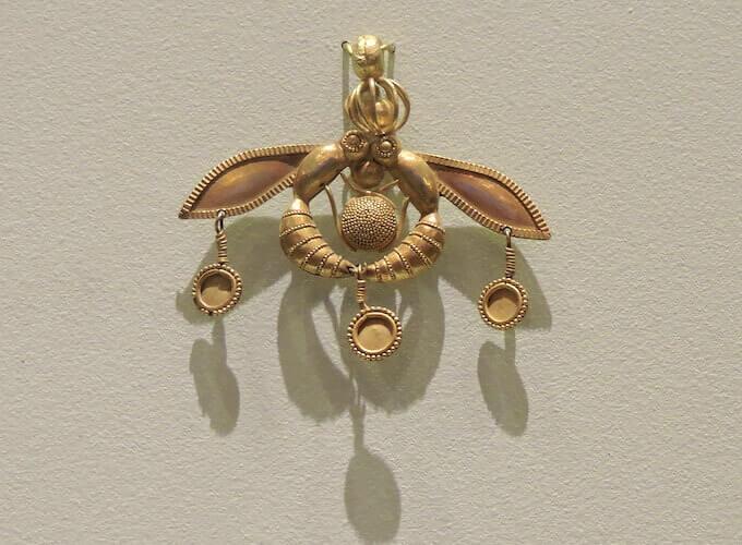 Museo Archeologico di Iraklio a Creta: pendente con due api