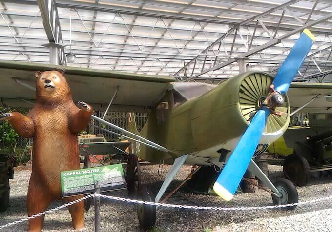 Poznan: Museo degli armamenti. Statua dell'orso Wojtek, mascotte dell'esercito polacco in Italia