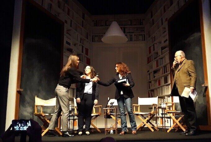 Betina Lilián Prenz riceve la targa del Consolato Argentino al Teatro Franco Parenti di Milano