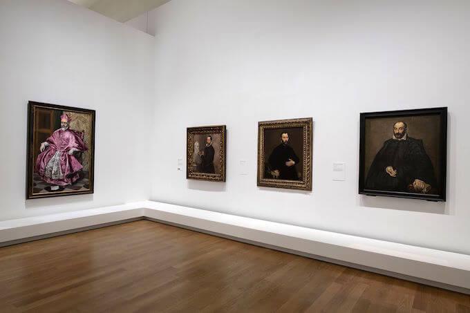 Alcuni ritratti di El Greco esposti nella mostra al Grand Palais di Parigi. Greco, vista dell'allestimento al Grand Palais di Parigi 2019, scenografia di Véronique Dollfus © Rmn-Grand Palais 2019 / Foto di Didier Plowy