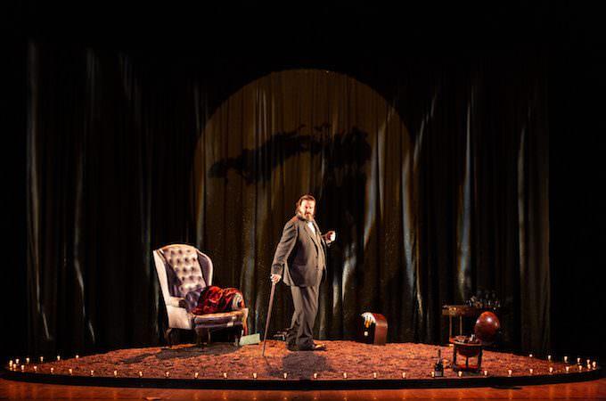 """Giuseppe Battiston in """"Winston vs Churchill"""" (foto di Noemi Ardesi)"""