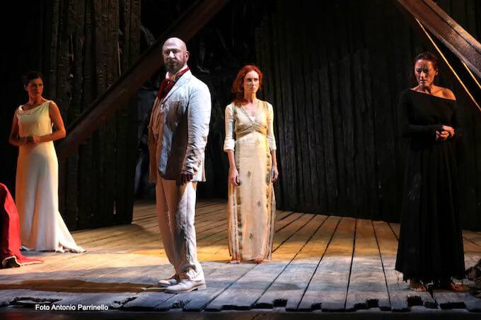 """Egle Doria, Sebastiano Lo Monaco, Lucia Cammalleri e Barbara Moselli in """"Antigone"""" (foto di Antonio Parrinello)"""