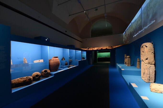 """Una sala della mostra """"Etruschi"""" al Museo Archeologico di Bologna. Foto di Roberto Serra per Electa"""