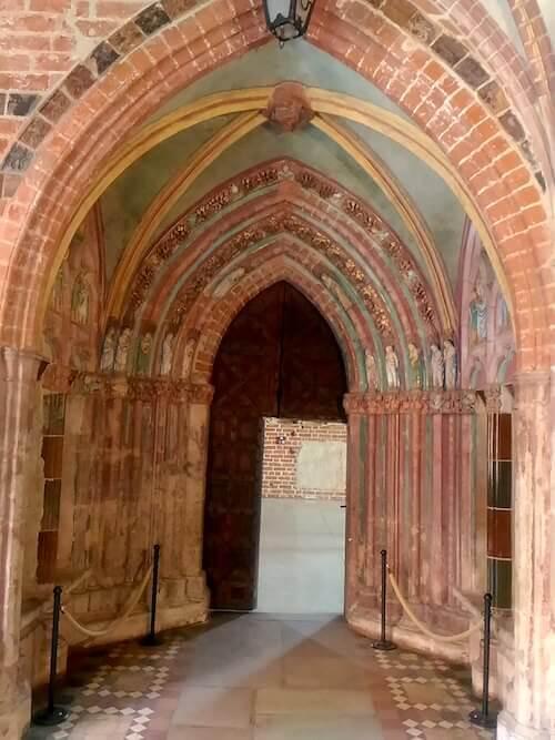 Malbork: la porta d'Oro, uno dei bellissimi portali decorati e l'unica originale rimasta