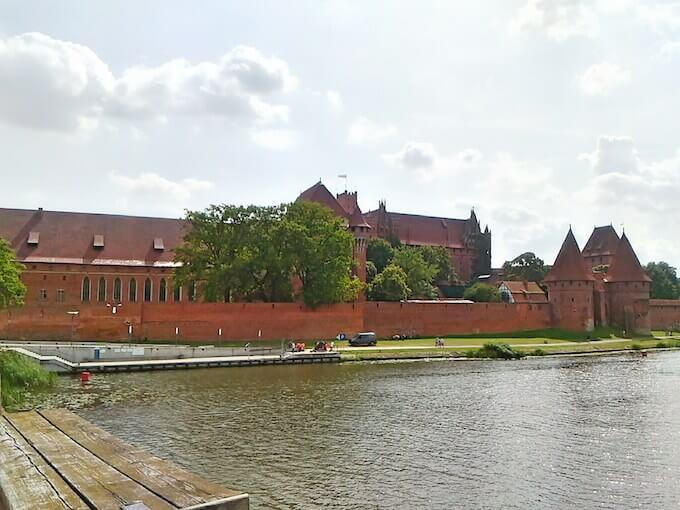 Veduta del castello di Malbork dal ponte sul fiume retrostante