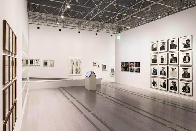 """Una sala della mostra """"Uniform"""" al MAST di Bologna"""