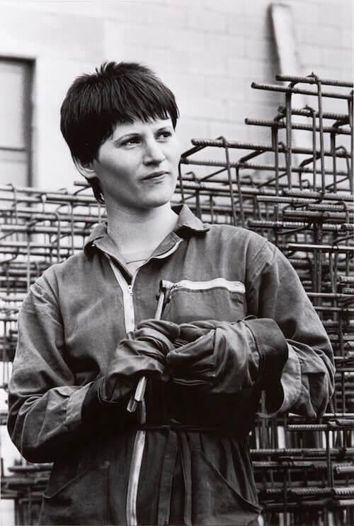 Paola Agosti, Forlì, 1978. Giovane operaia ferraiola in cantiere. © Paola Agosti