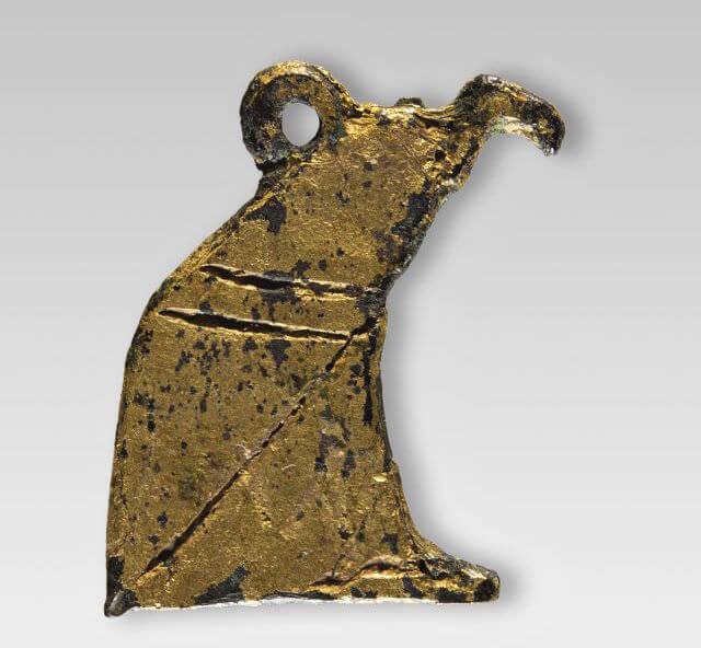 Amuleto a forma di avvoltoio, data non precisabile. Bronzo e foglia d'oro, h 1,6 cm. Museo Archeologico di Firenze, Polo Museale della Toscana