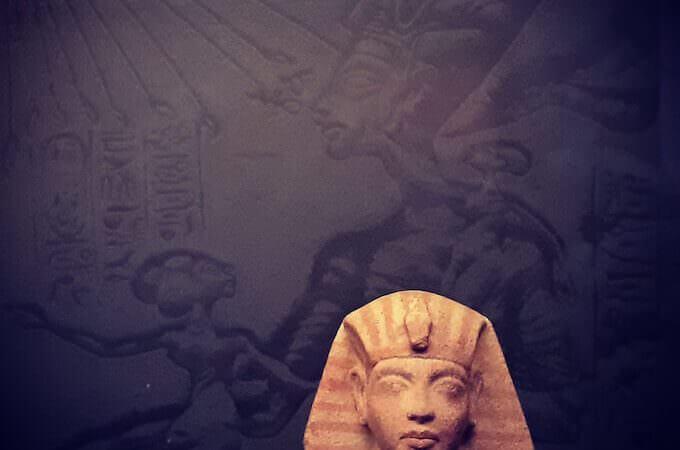 Testa di figurina funeraria di Akhaneton, ca 1333 a.C. Quarzite dipinta, h 7,6 cm. Collezione privata (foto di Saul Stucchi)