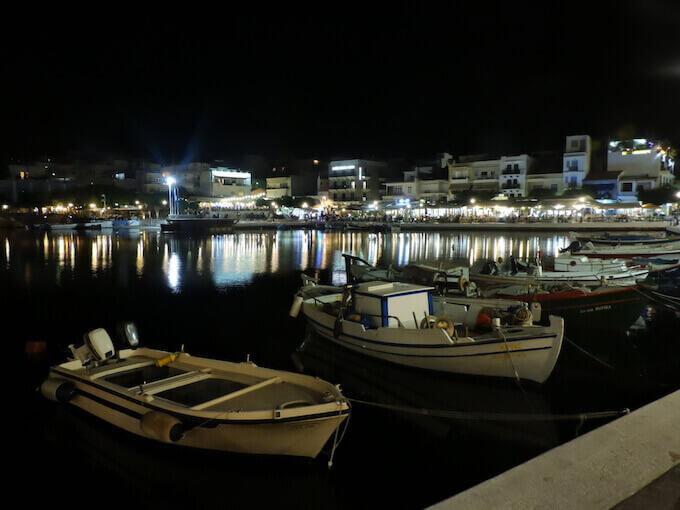 Agios Nikolaos: la laguna di notte