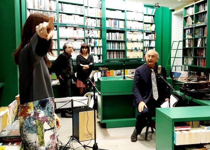 """Presentazione alla Libreria Cortina di Milano di """"In viaggio con gli dei"""" di Giulio Guidorizzi e Silvia Romani (coperta dalla sua mano)"""