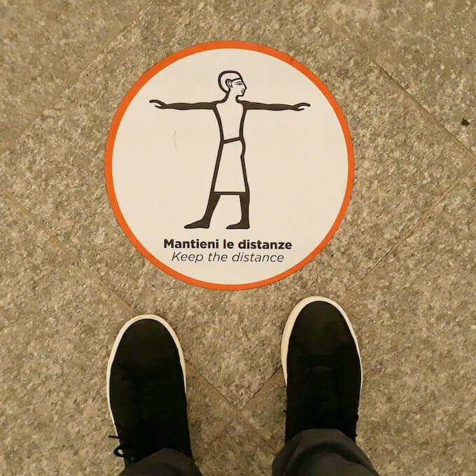 """Cartello """"Mantieni le distanze"""" al Museo Egizio di Torino"""