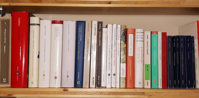 Canforeide: il ripiano con i libri di Luciano Canfora nella biblioteca di Saul Stucchi