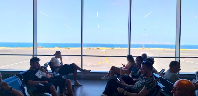 La sala d'attesa dell'aeroporto di Heraklion a Creta