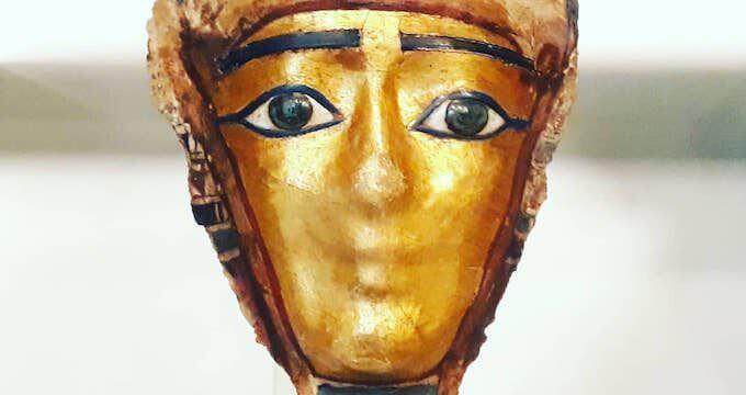 Maschera funeraria egizia esposta al Museo di Mariemont in Belgio