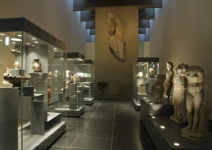 Una parte della collezione egizia del Museo di Mariemont in Belgio